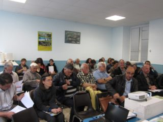 Près de 40 élus et techniciens forment le comité de rédaction mobilisé ici pour travailler sur le logo.